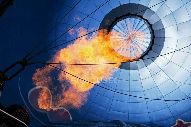 Hot air balloon with flame, low angle view - foto de stock