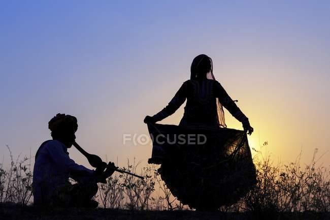 Cigana indiana dançando na frente do pôr-do-sol, Pushkar Camel justo Pushkar, Rajastão, Índia, Ásia — Fotografia de Stock