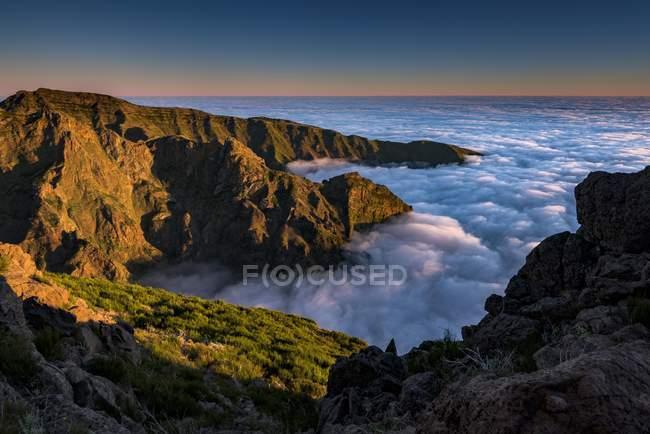 Nascer do sol com o mar de névoa, o Pico de Arieiro, Funchal, Madeira — Fotografia de Stock