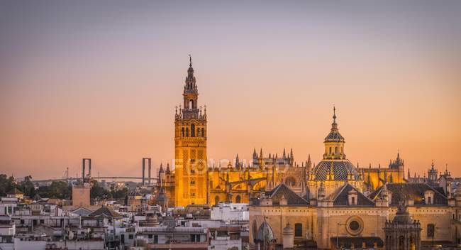 Buildings of La Giralda and Iglesia del Salvador at sunset in Seville, Andalusia, Spain, Europe — Stock Photo
