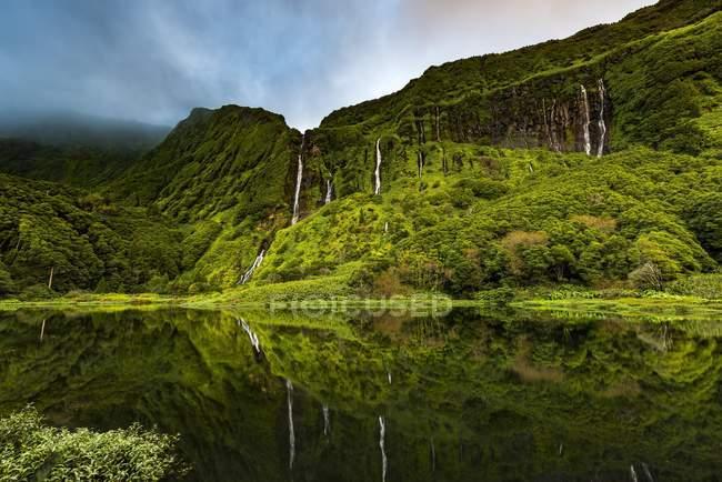 Cascada con lago Poco Ribeira Ferreiro en paisaje verde, Poco da Alagoinha Fajãzinha, isla de Flores, Azores, Portugal, Europa - foto de stock