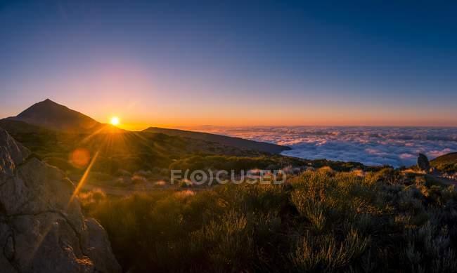 Brilho do sol sobre o vulcão Teide e paisagem do Parque Nacional El Teide, Tenerife, Ilhas Canárias, Espanha, Europa — Fotografia de Stock