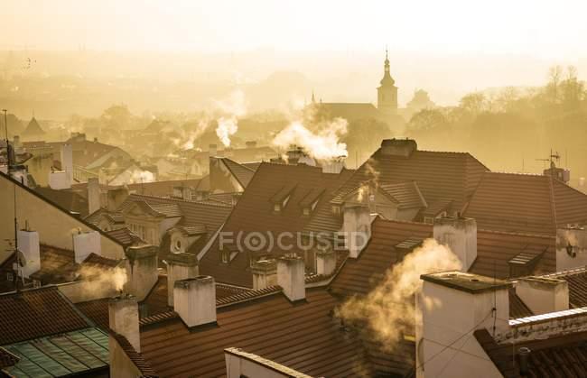 Ambiente de mañana de techos con chimeneas humeantes en niebla, Praga, Bohemia, República Checa, Europa - foto de stock