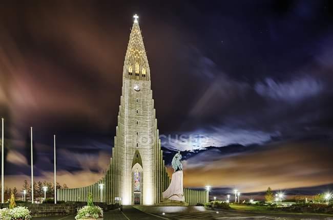 Iglesia de Hallgrímskirkja bajo cielo dramático en Reikiavik, Islandia, Europa - foto de stock