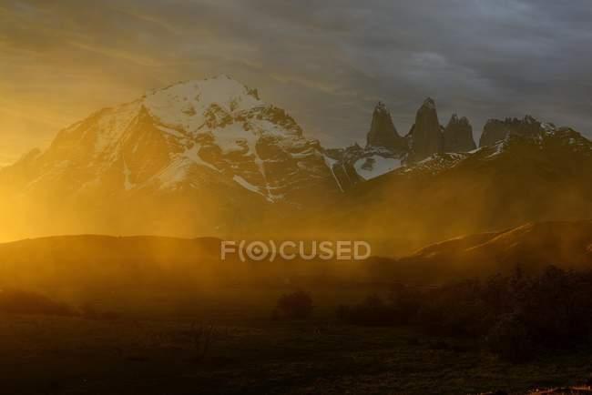 Macizo de la montaña de Torres del Paine con nubes de polvo en puesta del sol, Chile, Sur América - foto de stock
