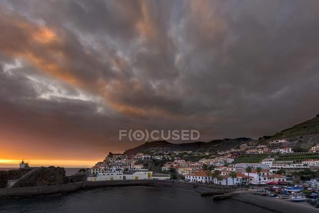 Puesta de sol y estado de ánimo de la noche en Ponta do Sol, Madeira, Portugal, Europa - foto de stock