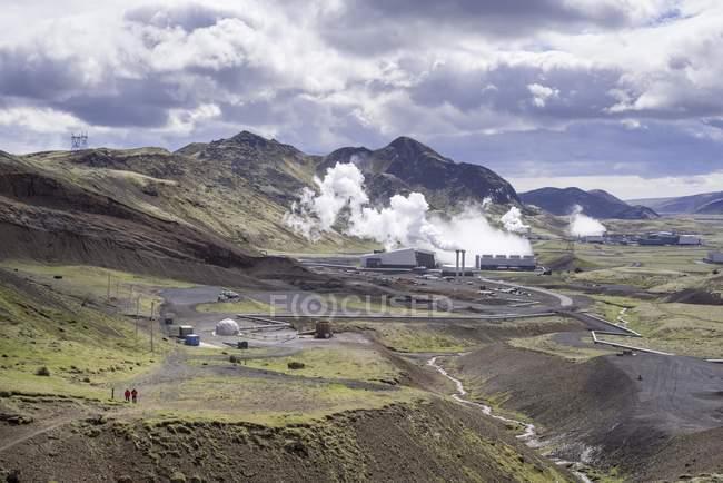 Vallée de montagne avec Hellisheidi centrale, Hengill volcan, Islande, Europe — Photo de stock