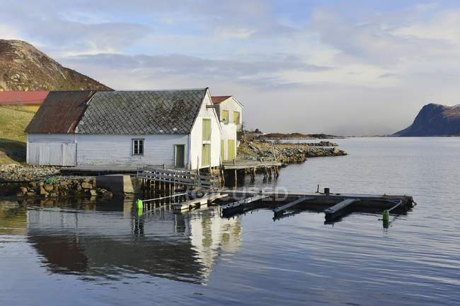 Cabanes de pêcheurs avec jetée, Torvik, Leinoya Island, plus d'og Romsdal, Norvège, Europe — Photo de stock