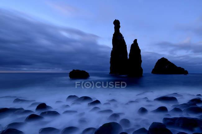 Formação de rocha vulcânica pelo penhasco da Ribeira da Janela, Madeira, Portugal, Europa — Fotografia de Stock