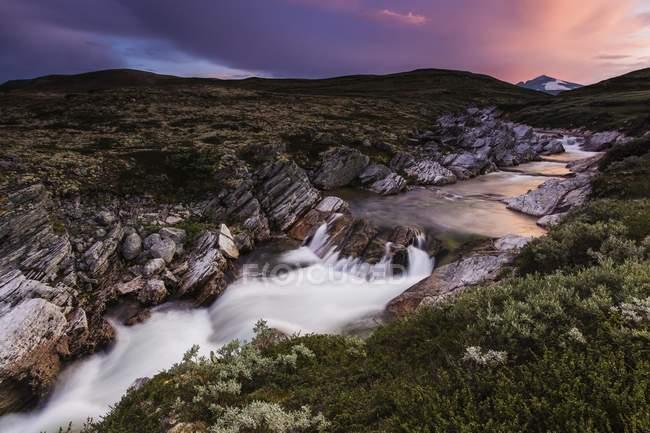 Río Stropla después de la puesta de sol, montañas de Snohetta, Dovrefjell, Noruega, Europa - foto de stock
