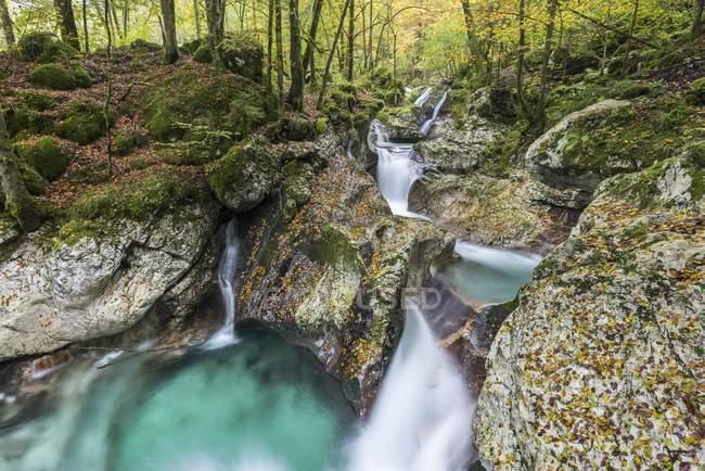 Fließende Wasser des herbstlichen Lepenjica Fluss, Soca-Tal, Bovec, Nationalpark Triglav, Slowenien, Europa — Stockfoto