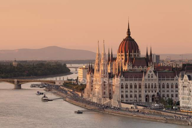 High angle view over river Danube to Parliament at sunset, Pest, Budapest, Hungary, Europe — Stock Photo
