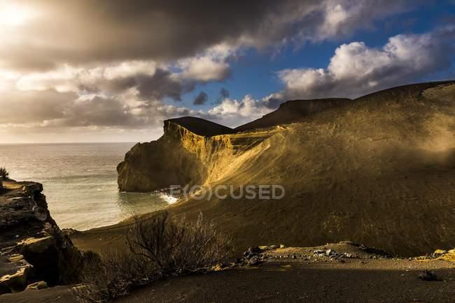 Скалистые берега Capelinhos полуостров с пасмурным небом, Остров Файал, Азорские острова, Португалия, Европа — стоковое фото