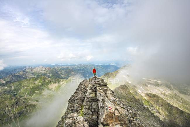 Hiker on summit of Hochgolling with rising fog, Schladminger Tauern, Schladming, Steiermark, Austria, Europe — Stockfoto