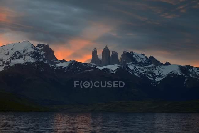 Montañas de Torres del Paine al atardecer con nubes en Chile, América del sur - foto de stock
