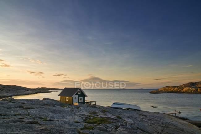 Wooden hut on rocky coast at sunset, Smoegen, Bohuslaen, Sweden, Scandinavia, Europe — Stock Photo