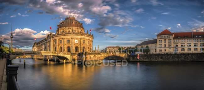 Музей Боде на річки Шпрее з старий артилерії казарми в Берліні, Німеччина, Європа — стокове фото