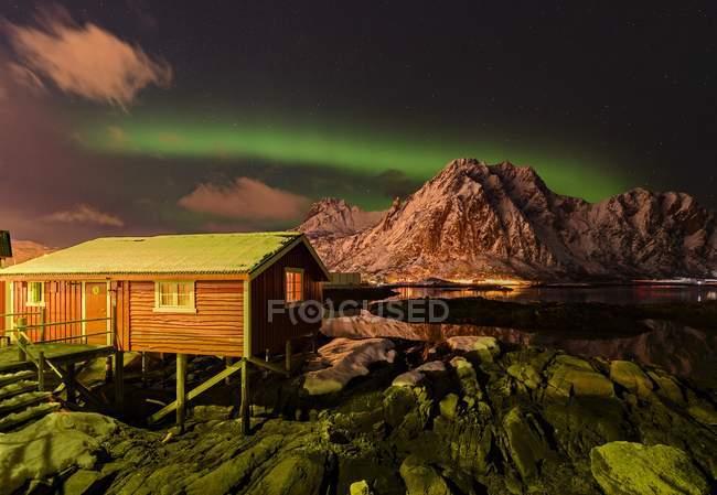 Cabaña de pesquera, Rorbu en Svolvaer, Lofoten, Noruega, Europa - foto de stock