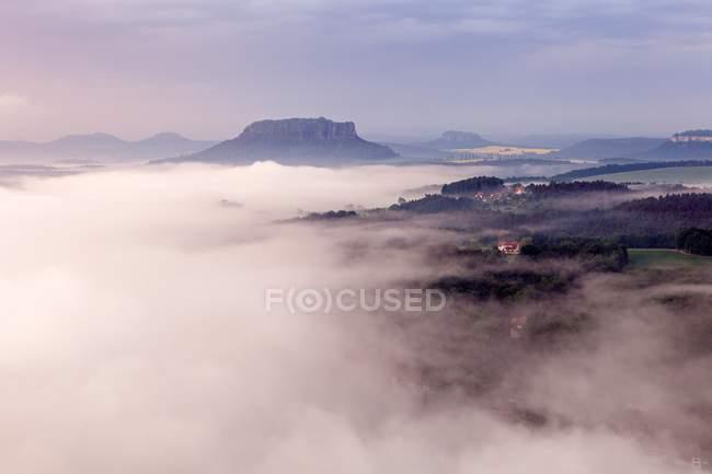 Vista de alto ângulo do Parque Nacional de Saxon Suíça na manhã nevoeiro, Saxônia, Alemanha, Europa — Fotografia de Stock