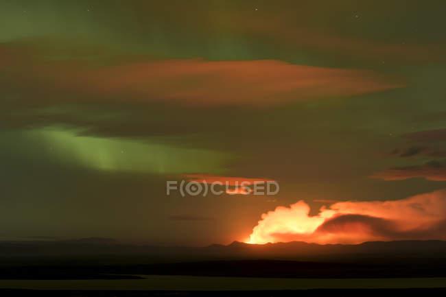 Nuages de cendres et de gaz de Holuhraun éruption sous les aurores boréales, Islande, Europe — Photo de stock