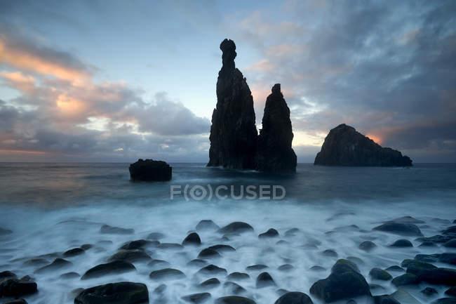 Formação rochosa vulcânica Ilheus da costela por falésias da Ribeira da Janela, Madeira, Portugal, Europa — Fotografia de Stock