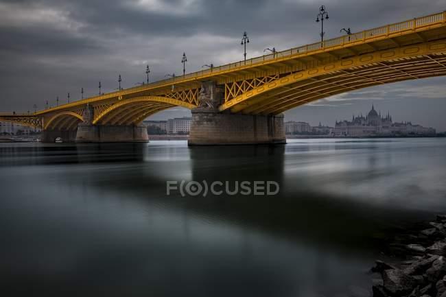 Margaretenbrucke bridge with Danube and Parliament, Budapest, Hungary, Europe — Stock Photo