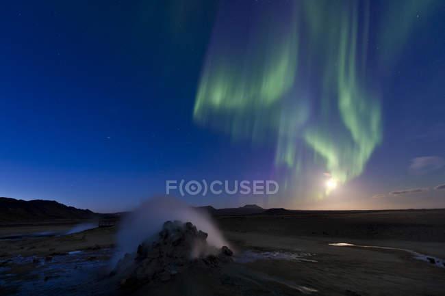 Northern lights y luna llena en Namafjall montañas, Islandia, Europa - foto de stock