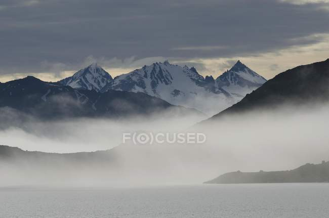 Paisaje de montaña en el fiordo Smeerenburgfjorden, Svalbard archipiélago, Noruega, Europa - foto de stock
