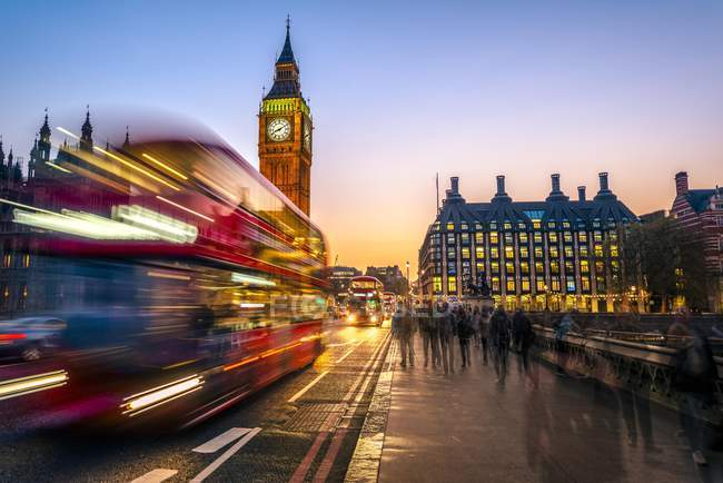Red double-decker bus in front of Big Ben at dusk, London, England, United Kingdom, Europe. — стоковое фото