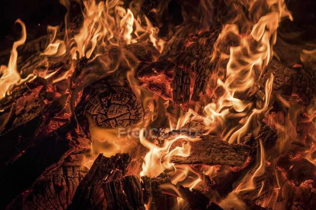 Burning wood with embers and fire — Stock Photo