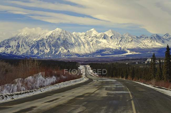 Haines Road in winter behind Kluane Mountains, Yukon, Canada, North America — стоковое фото