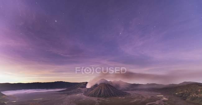 Smoking Volcano Gunung Bromo, Bromo Tengger Semeru National Park, Java, Indonesia, Asia — Photo de stock