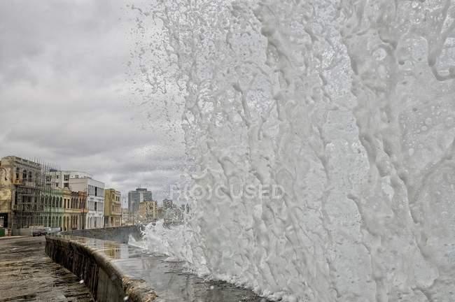 Sea wave jumping at promenade pier in Havana, Cuba, Central America — Stock Photo