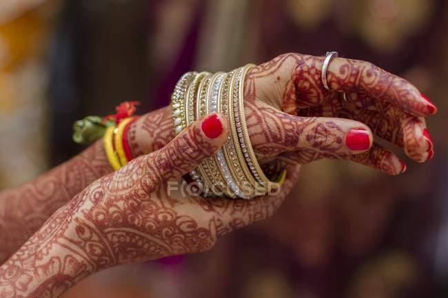 Mãos de noiva indiana pintaram com henna com pulseiras — Fotografia de Stock