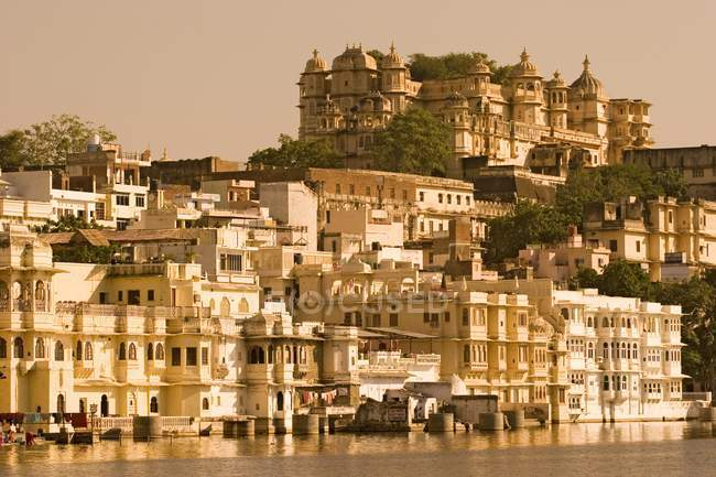 Cityscape with City Palace of Udaipur in Rajasthan, India, Asia. — Stockfoto