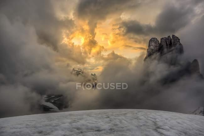 Neblina ao nascer do sol sobre as montanhas cobertas de neve de Dolomitas, Sexten, Tirol do Sul, Itália, Europa — Fotografia de Stock