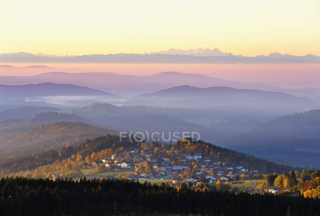 Finsterau village in Alps in mist at sunrise, Bavarian Forest National Park, Lower Bavaria, Bavaria, Germany, Europe — стоковое фото