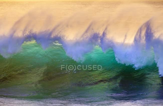 Волны на бирюзовые воды Атлантического океана, полный кадр — стоковое фото