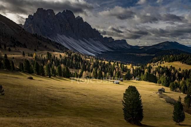Odle группы горы с лиственничным лесом и альпийские хижины в осень, Villnosstal, Святой Магдалины, Южный Тироль, Италия, Европа — стоковое фото