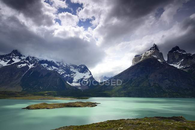 Lake Pehoe and mountains Los Cuernos with clouds, National Park Torres del Paine, Chile — Stockfoto