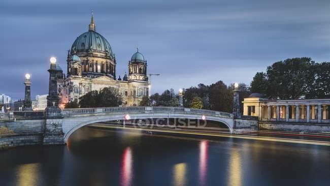 Catedral de Berlín en el río Spree con el paso del vapor de la excursión al atardecer, Berlín, Alemania, Europa - foto de stock