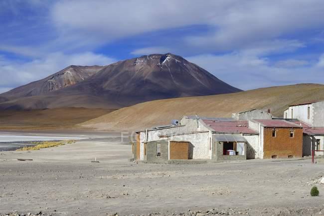 Häuser am Ufer des Sees in der Berg Region, Laguna Hedionda Nor Lipez Provinz, Potosi Abteilung, Bolivien, Südamerika — Stockfoto