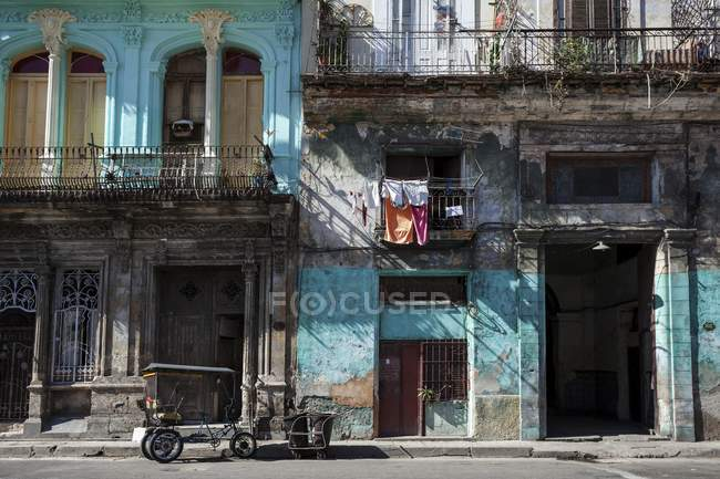 Shabby facade and mode of transport in historic center of Havana, Cuba, Central America — Stock Photo
