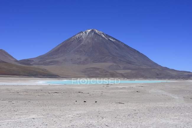 Вулкан Ліканкабур позаду Лагуна-Верде, Lipez сюр, Потосі, Болівія, Південна Америка — стокове фото