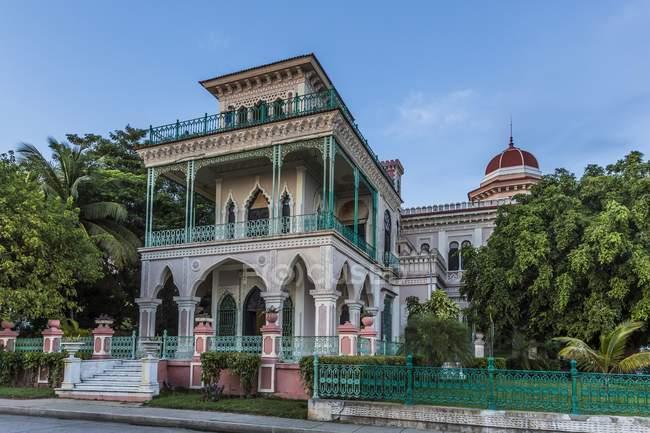 Здание Паласио-де-Валле и парк деревья, Пунта Горда, провинция Сьенфуэгос, Куба — стоковое фото