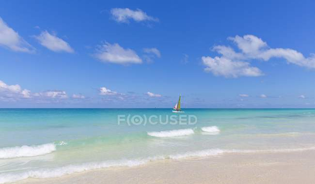 Sailboat in turquoise water by shore of island of Cayo Santa Maria, Greater Antilles, Caribbean, Cuba, Central America — Stock Photo