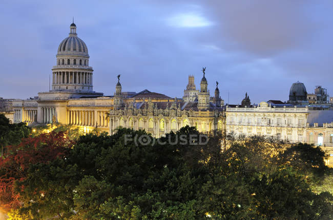 Capitol building and Gran Teatro theater in illuminated park at dusk in Havana, Cuba — Stock Photo