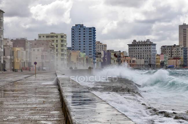 Sea waves washing over Malecon esplanade in Havana, Cuba — Stock Photo