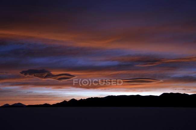 Colorful sunset at salt lake Salar de Uyuni, Altiplano, Bolivia, South America — Stock Photo
