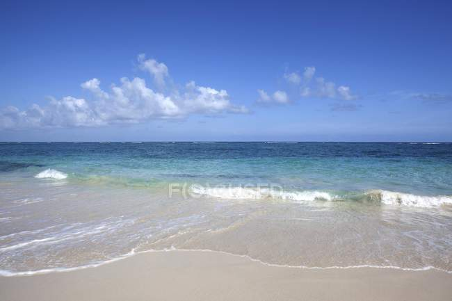 Turquoise sea at sandy beach of Playa Maguana in Baracoa, Guantanamo Province, Cuba — Stock Photo